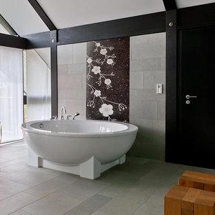 Ejemplo de cuarto de baño principal, asiático, grande, con bañera exenta, baldosas y/o azulejos blancas y negros, baldosas y/o azulejos grises, baldosas y/o azulejos en mosaico, suelo de cemento y suelo gris