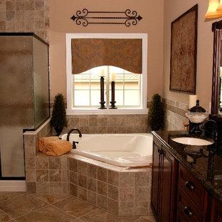 Inredning av ett mellanstort en-suite badrum, med ett nedsänkt handfat, skåp i mörkt trä, bänkskiva i onyx, ett hörnbadkar, en hörndusch, beige kakel, beige väggar och kalkstensgolv
