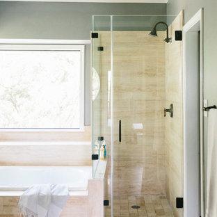 Ispirazione per una grande stanza da bagno padronale classica con ante in stile shaker, ante bianche, vasca da incasso, doccia ad angolo, WC monopezzo, pareti grigie, pavimento alla veneziana, lavabo sottopiano, top in quarzite, pavimento beige e porta doccia a battente
