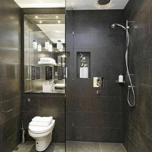 Diseño de cuarto de baño con ducha, actual, pequeño, con armarios abiertos, ducha abierta, bidé, baldosas y/o azulejos grises, baldosas y/o azulejos de porcelana, paredes grises y suelo de baldosas de cerámica