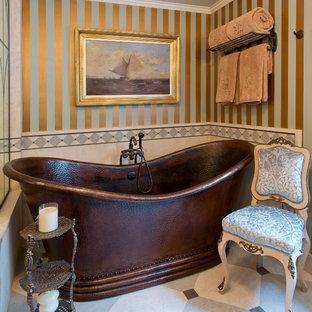 Idee per una stanza da bagno tradizionale con vasca freestanding e pareti multicolore