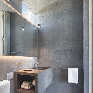Idéer för mellanstora industriella grått badrum, med grå väggar, betonggolv, ett integrerad handfat, bänkskiva i betong och grått golv