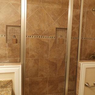 オースティンの中くらいのトラディショナルスタイルのおしゃれなマスターバスルーム (アンダーカウンター洗面器、フラットパネル扉のキャビネット、中間色木目調キャビネット、御影石の洗面台、ダブルシャワー、分離型トイレ、マルチカラーのタイル、セラミックタイル、ベージュの壁、セラミックタイルの床) の写真