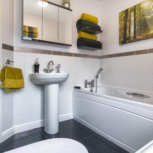 Immagine di una piccola stanza da bagno chic con vasca da incasso, vasca/doccia, pistrelle in bianco e nero, piastrelle verdi, piastrelle bianche, pareti bianche, pavimento alla veneziana e lavabo a colonna