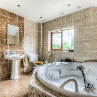 Mittelgroßes Klassisches Badezimmer mit Whirlpool, offener Dusche, Mosaikfliesen, brauner Wandfarbe, Keramikboden, Sockelwaschbecken und gefliestem Waschtisch in West Midlands