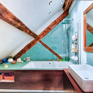 Idee per una piccola stanza da bagno per bambini stile rurale con ante lisce, ante marroni, vasca da incasso, vasca/doccia, piastrelle blu, piastrelle verdi, pareti blu, lavabo rettangolare, top in legno, doccia aperta e top marrone
