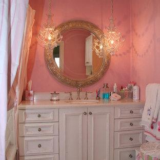 Inspiration pour une salle de bain style shabby chic de taille moyenne pour enfant avec un placard avec porte à panneau encastré, des portes de placard blanches, une baignoire en alcôve, un combiné douche/baignoire, un mur blanc, un sol en marbre, un lavabo encastré et un plan de toilette en surface solide.