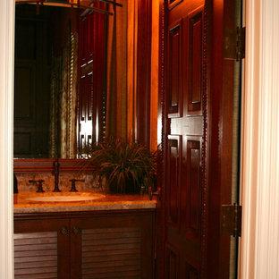 Diseño de cuarto de baño con ducha, tropical, de tamaño medio, con armarios con puertas mallorquinas, puertas de armario de madera en tonos medios, paredes beige, lavabo bajoencimera y encimera de granito