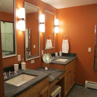 Inredning av ett klassiskt mellanstort en-suite badrum, med ett undermonterad handfat, skåp i shakerstil, skåp i mellenmörkt trä, bänkskiva i täljsten, orange väggar och klinkergolv i porslin