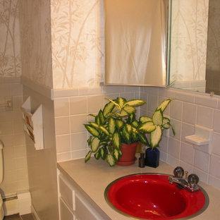 Idee per una stanza da bagno etnica con lavabo da incasso, ante grigie, top in laminato, vasca ad alcova, vasca/doccia, WC a due pezzi e pavimento con piastrelle in ceramica