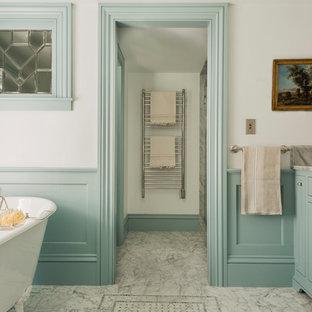 Ispirazione per una stanza da bagno padronale vittoriana con lavabo sottopiano, ante con riquadro incassato, ante blu, top in marmo, vasca con piedi a zampa di leone, doccia alcova, piastrelle grigie, piastrelle in pietra, pareti bianche e pavimento in marmo