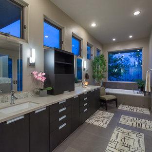 Idee per una grande stanza da bagno padronale minimal con ante lisce, ante in legno bruno, vasca da incasso, pareti beige, pavimento in gres porcellanato, lavabo sottopiano, top in quarzo composito, pavimento grigio, doccia aperta e doccia a filo pavimento