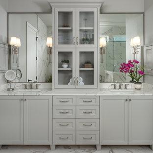 Inspiration för ett vintage vit vitt badrum, med luckor med infälld panel, grå skåp, grå väggar, ett undermonterad handfat och vitt golv