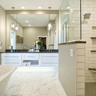 Inspiration för ett stort funkis badrum med dusch, med luckor med upphöjd panel, vita skåp, ett fristående badkar, en öppen dusch, spegel istället för kakel, beige väggar, klinkergolv i porslin, ett undermonterad handfat, bänkskiva i kvarts, vitt golv och dusch med skjutdörr