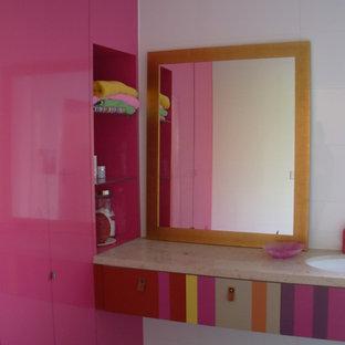 Idee per una stanza da bagno contemporanea con ante lisce, piastrelle in ceramica, pareti bianche, lavabo sottopiano, top in marmo e pavimento nero