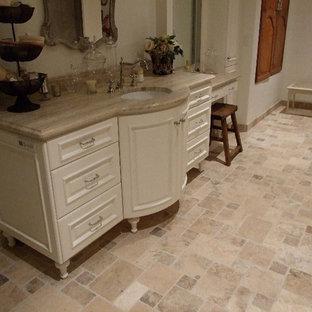 Modelo de cuarto de baño principal, clásico, grande, con puertas de armario naranjas, encimera de granito, ducha abierta, baldosas y/o azulejos beige y paredes beige