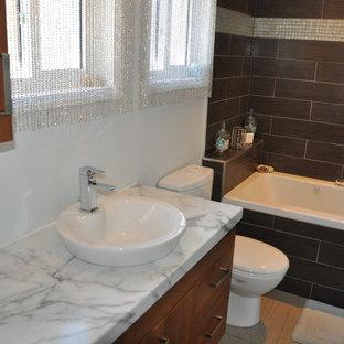 Неиссякаемый источник вдохновения для домашнего уюта: маленькая главная ванная комната в стиле модернизм с настольной раковиной, плоскими фасадами, фасадами цвета дерева среднего тона, столешницей из ламината, накладной ванной, душем над ванной, унитазом-моноблоком, коричневой плиткой, керамической плиткой, серыми стенами и полом из керамической плитки