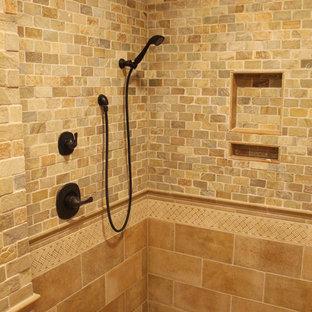 Klassisches Badezimmer En Suite mit offener Dusche, farbigen Fliesen, Steinfliesen und Kalkstein in Sonstige