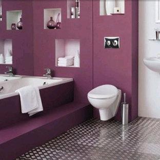 Großes Modernes Badezimmer mit freistehender Badewanne und lila Wandfarbe in Washington, D.C.