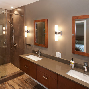 Inspiration för ett stort funkis en-suite badrum, med släta luckor, skåp i mörkt trä, en dusch i en alkov, en toalettstol med separat cisternkåpa, brun kakel, stenkakel, bruna väggar, ljust trägolv, ett undermonterad handfat och bänkskiva i kvarts