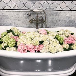 Стильный дизайн: ванная комната среднего размера в классическом стиле с отдельно стоящей ванной, душем над ванной, синей плиткой, зелеными стенами, темным паркетным полом, черным полом и панелями на стенах - последний тренд