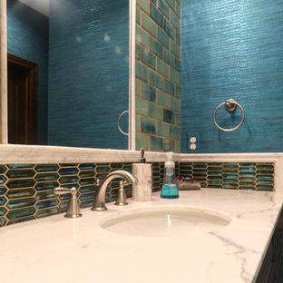 Ispirazione per una grande sauna bohémian con ante con bugna sagomata, ante in legno scuro, doccia alcova, WC a due pezzi, piastrelle blu, piastrelle in gres porcellanato, pareti blu, pavimento in gres porcellanato, lavabo sottopiano, top in granito, pavimento beige e porta doccia scorrevole
