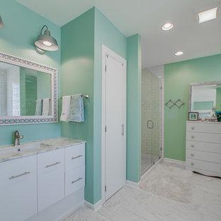 Foto de cuarto de baño principal, contemporáneo, de tamaño medio, con lavabo bajoencimera, armarios con paneles lisos, puertas de armario blancas, bañera encastrada, sanitario de una pieza, baldosas y/o azulejos blancos, baldosas y/o azulejos de cemento, paredes verdes, suelo de mármol y encimera de granito