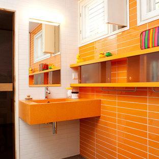 Ispirazione per una stanza da bagno per bambini minimal con piastrelle arancioni, piastrelle bianche, lavabo sospeso e pavimento marrone