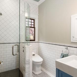 Idee per una piccola stanza da bagno con doccia american style con consolle stile comò, ante grigie, doccia ad angolo, WC monopezzo, piastrelle bianche, piastrelle in ceramica, pareti grigie, pavimento in marmo, lavabo a bacinella, pavimento bianco e porta doccia a battente