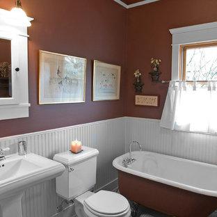 Immagine di una stanza da bagno padronale stile americano con lavabo a colonna, vasca con piedi a zampa di leone, WC a due pezzi, piastrelle bianche, piastrelle in ceramica, pareti marroni e pavimento con piastrelle in ceramica