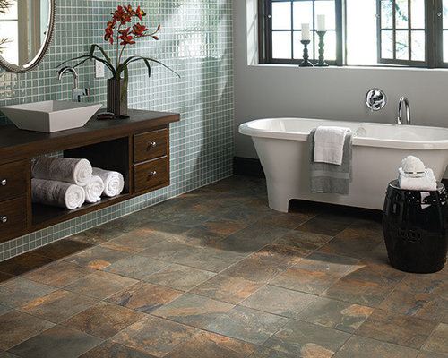 badezimmer mit waschtisch aus holz und fliesen aus. Black Bedroom Furniture Sets. Home Design Ideas