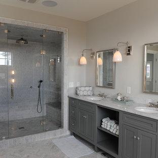 Неиссякаемый источник вдохновения для домашнего уюта: большая главная ванная комната в стиле современная классика с серыми фасадами, серой плиткой, бежевыми стенами, врезной раковиной, душем в нише, мраморным полом, серым полом, душем с распашными дверями, фасадами с декоративным кантом, отдельно стоящей ванной, мраморной плиткой и мраморной столешницей