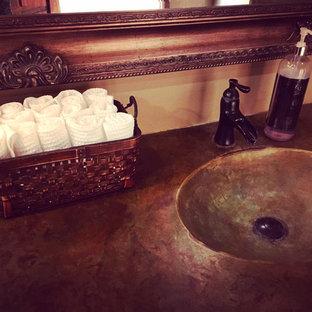 Ejemplo de cuarto de baño rústico con paredes beige, lavabo integrado y encimera de mármol