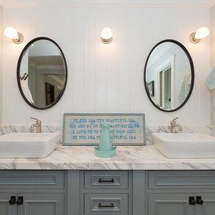 На фото: большая главная ванная комната в стиле современная классика с фасадами с декоративным кантом, серыми фасадами, отдельно стоящей ванной, душем в нише, унитазом-моноблоком, белой плиткой, керамической плиткой, серыми стенами, кирпичным полом, настольной раковиной, мраморной столешницей, красным полом, душем с распашными дверями и серой столешницей с