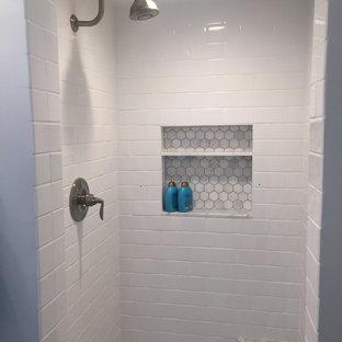 Стильный дизайн: ванная комната среднего размера в стиле современная классика с белой плиткой, синей плиткой, серой плиткой, плиткой кабанчик, фасадами островного типа, белыми фасадами, накладной ванной, душем над ванной, белыми стенами, душевой кабиной, монолитной раковиной, стеклянной столешницей и серым полом - последний тренд