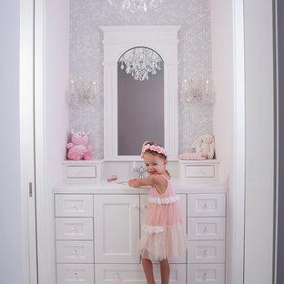 Ispirazione per una stanza da bagno per bambini classica con lavabo sottopiano, ante con riquadro incassato, ante bianche, piastrelle bianche, piastrelle a mosaico e pavimento con piastrelle a mosaico