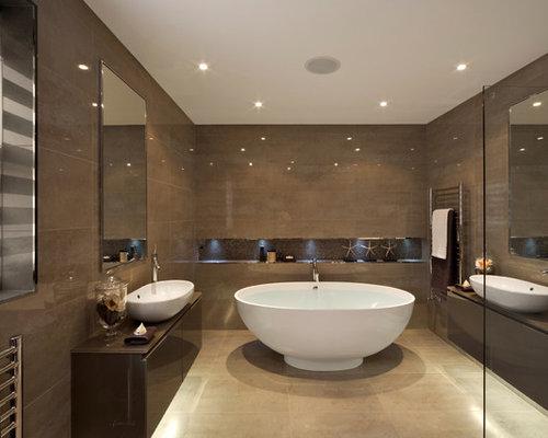 Stanza da bagno con piastrelle marroni e pareti marroni foto idee