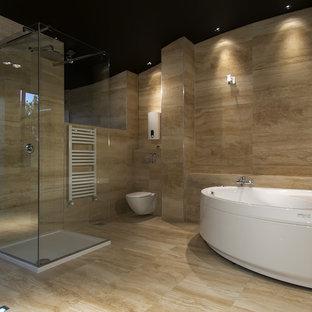 Diseño de cuarto de baño principal, de estilo zen, grande, con bañera japonesa, ducha empotrada, sanitario de pared, paredes beige, suelo de baldosas de porcelana, suelo beige y ducha con puerta con bisagras