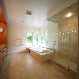 Immagine di una sauna minimal con ante lisce, ante marroni, vasca ad alcova, WC a due pezzi, piastrelle beige, piastrelle in pietra, pareti bianche, pavimento in pietra calcarea, lavabo sottopiano e top in granito
