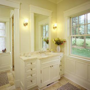 Esempio di una stanza da bagno padronale chic di medie dimensioni con ante con riquadro incassato, ante bianche, doccia alcova, piastrelle beige, piastrelle nere, piastrelle a mosaico, pareti beige, pavimento con piastrelle a mosaico, lavabo sottopiano e top in marmo