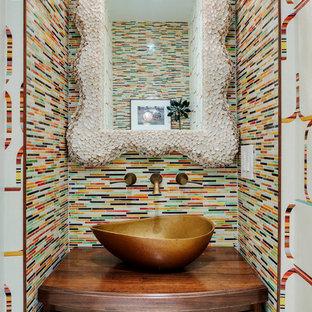 Immagine di una piccola stanza da bagno design con lavabo a bacinella, consolle stile comò, ante in legno scuro, top in legno, piastrelle multicolore, piastrelle a listelli e pareti multicolore