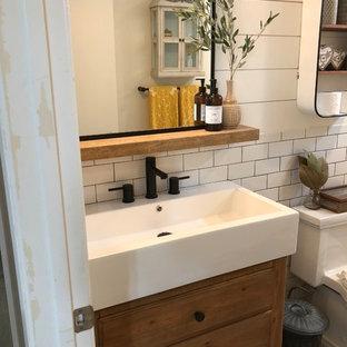 Свежая идея для дизайна: детская ванная комната среднего размера в стиле кантри с фасадами островного типа, искусственно-состаренными фасадами, раздельным унитазом, белой плиткой, плиткой кабанчик, белыми стенами, полом из керамической плитки, монолитной раковиной, столешницей из искусственного кварца, серым полом и белой столешницей - отличное фото интерьера