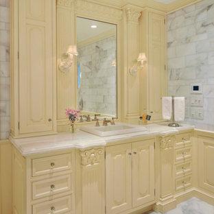 Inspiration för ett stort vintage en-suite badrum, med ett nedsänkt handfat, gula skåp, marmorgolv, en öppen dusch, en toalettstol med separat cisternkåpa, vit kakel, stenkakel, vita väggar, marmorbänkskiva och luckor med upphöjd panel