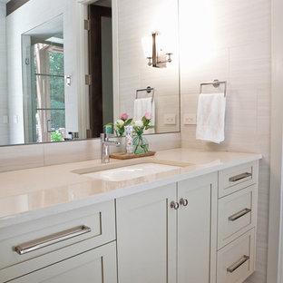 Ejemplo de cuarto de baño con ducha, clásico renovado, con armarios estilo shaker, puertas de armario blancas, paredes blancas, suelo de madera pintada, lavabo encastrado y encimera de laminado
