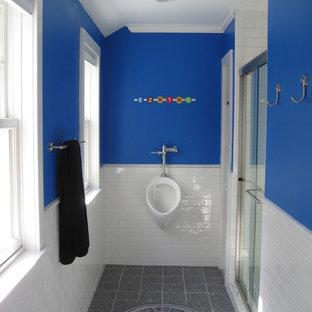 Modelo de cuarto de baño contemporáneo con ducha empotrada, urinario, baldosas y/o azulejos blancos, baldosas y/o azulejos de cemento y paredes azules