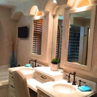 Esempio di una stanza da bagno padronale classica di medie dimensioni con piastrelle blu, ante con bugna sagomata, ante con finitura invecchiata, vasca sottopiano, zona vasca/doccia separata, piastrelle in gres porcellanato, pareti beige, pavimento con piastrelle in ceramica, lavabo sottopiano, top in superficie solida, pavimento blu e porta doccia a battente