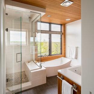 Diseño de cuarto de baño principal, de estilo zen, de tamaño medio, con bañera exenta, ducha empotrada, sanitario de dos piezas, paredes blancas, suelo de baldosas de porcelana, lavabo bajoencimera, suelo marrón y ducha con puerta con bisagras