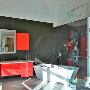 Mittelgroßes Modernes Badezimmer En Suite mit flächenbündigen Schrankfronten, roten Schränken, Quarzwerkstein-Waschtisch, freistehender Badewanne, Eckdusche, grauen Fliesen und grauer Wandfarbe in Toronto