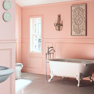 Idée de décoration pour une salle de bain principale tradition de taille moyenne avec un lavabo de ferme, une baignoire sur pieds, un WC à poser, un mur rose et un sol en ardoise.