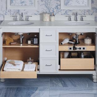 ミルウォーキーのトラディショナルスタイルのおしゃれなマスターバスルーム (アンダーカウンター洗面器、白いキャビネット、青いタイル、マルチカラーの壁、大理石の床、石タイル、落し込みパネル扉のキャビネット) の写真